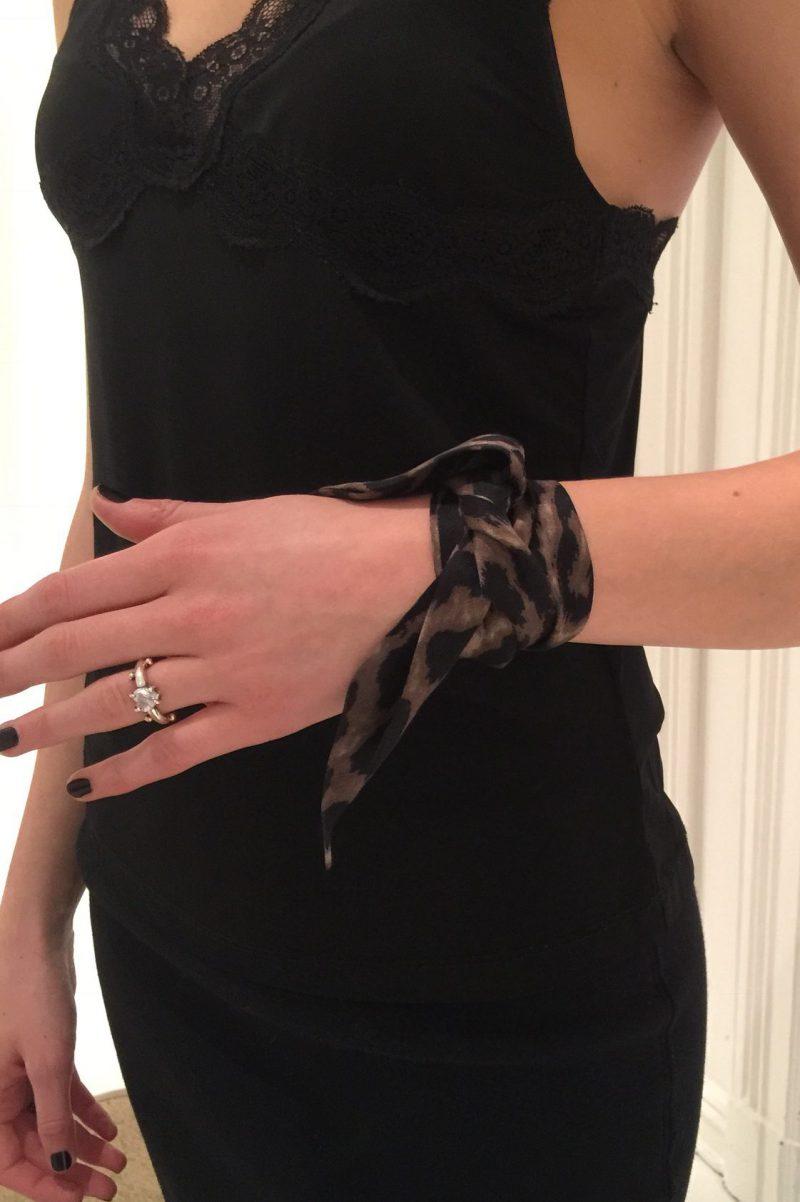 Lite pynteskjerf i silke Dea Kudibal - uma leopard