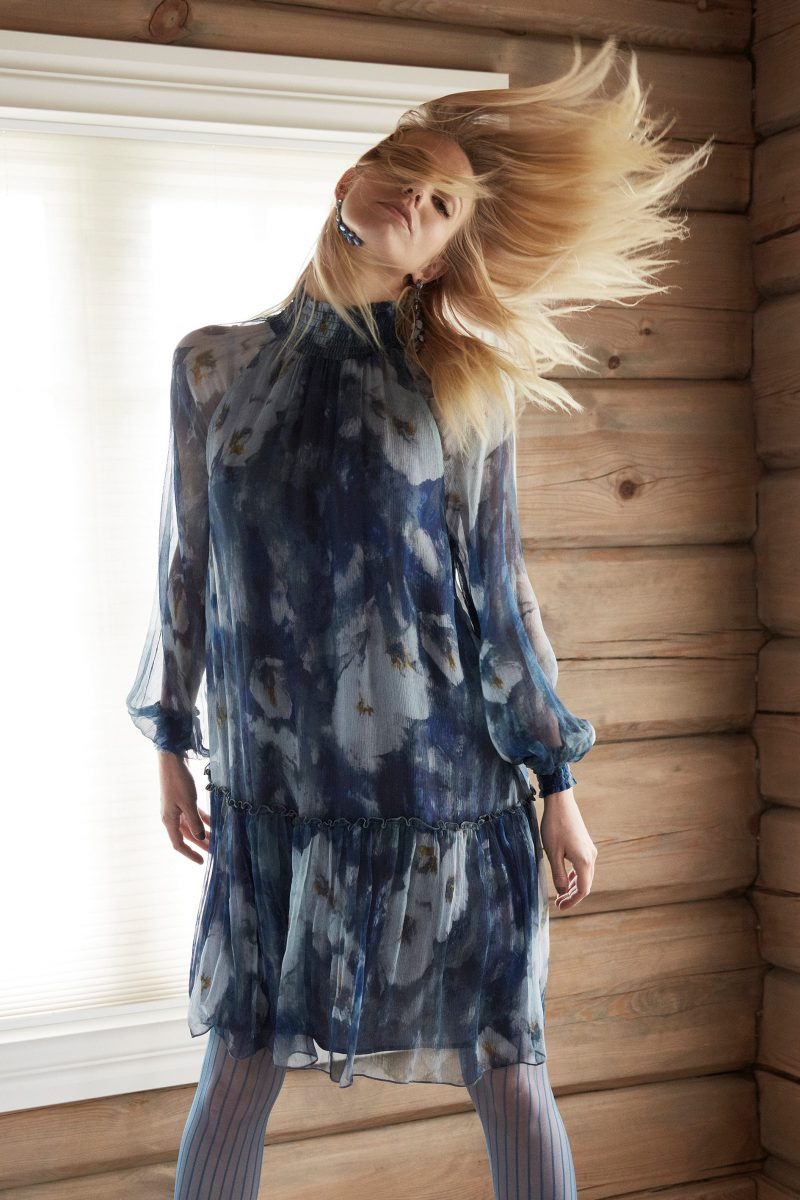 Blåmønstret kjole med polohals Katrin Uri - 636 Denin Haze smock dress