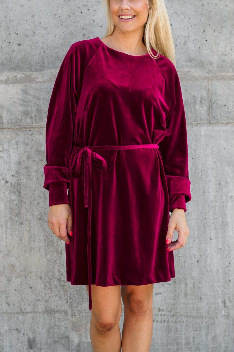 Vinrød, sort eller cognacbrun velourkjole Cathrine Hammel - 404.217 velvet dress (cred: nomitrend)