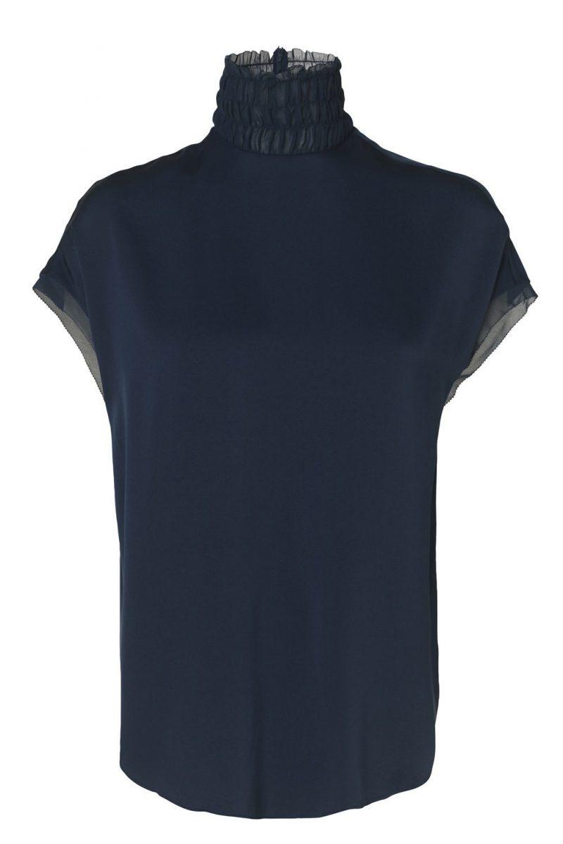 Blå silke selskapstopp med trendy polohals By Malene Birger - ATTIMALLA TOP