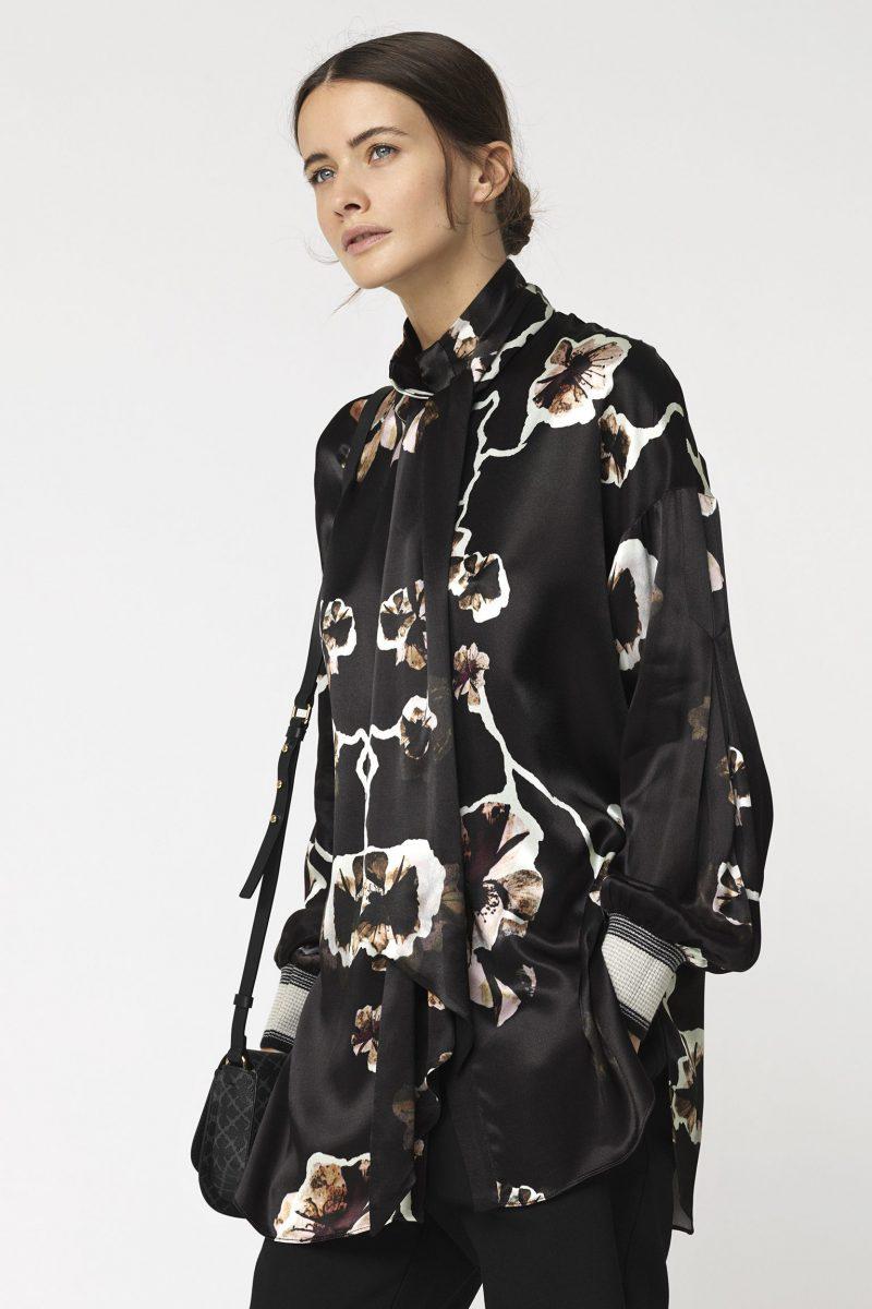 Sortblomstret bluse med avtagbar sløyfe By Malene Birger - ISABELA SHIRT